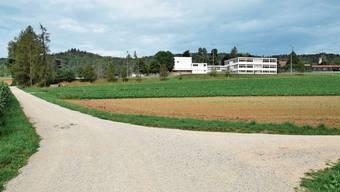Die Gewerbezone Lee liegt hinter den Schulanlagen.