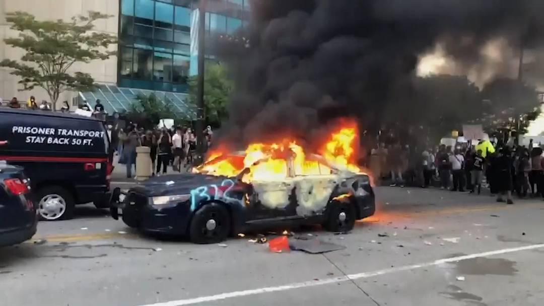 Proteste nach Tod von Afroamerikaner: Krawalle, Plünderungen und ein Toter in den USA