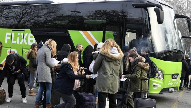 Grüner Bus auf Expansionskurs: Reisende warten auf die Abfahrt eines Flixbusses auf dem Carparkplatz in Zürich. (Archiv)