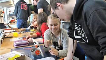 Die Schülerinnen werden von Lehrlingen instruiert.