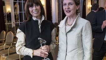 Bundesrätin Simonetta Sommaruga (rechts) gratuliert der Journalistin Margrit Sprecher zur Auszeichnung für ihr Lebenswerk.