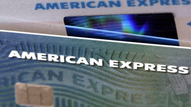 Die Ausgabefreude der Kreditkartenkunden hat American Express im zweiten Quartal zu deutlich mehr Gewinn und Einnahmen verholfen. (Archiv)