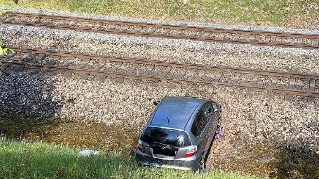 Eine Lernfahrerin hat in Schaffhausen Gas- und Bremspedal verwechselt und landete mit ihrem Auto im Gleisbett.