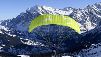 Ab in die Höhe: Gleitschirmflieger am Männlichen im Berner Oberland.