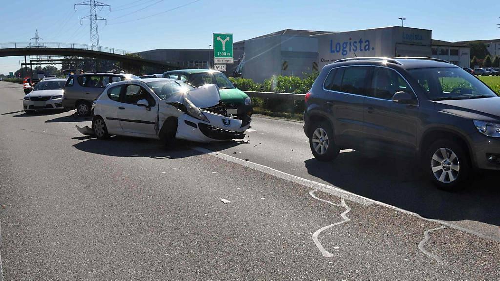 Viel Blechschaden und Rückstau: Sechs Fahrzeuge kollidierten auf der Autobahn A1 bei Oberbuchsiten SO.