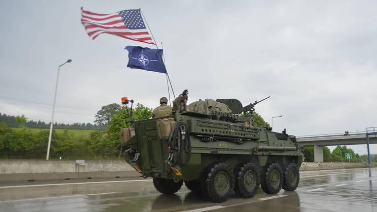 Die US-Flagge über jener der Nato am Heck dieses gepanzerten Militärfahrzeugs: Bleibt Amerika der starke Partner?