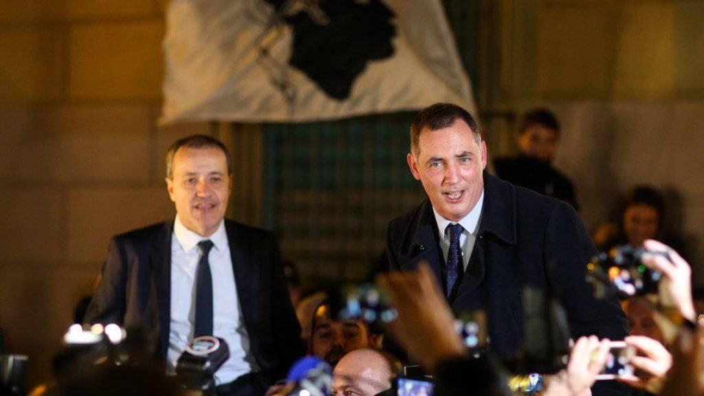 Sie sind mit ihrem nationalistischen Bündnis die klaren Sieger der Wahl auf Korsika: Gilles Simeoni (r.) und Jean-Guy Talamoni (l.) - hier beim Feiern mit Anhängern in Bastia.