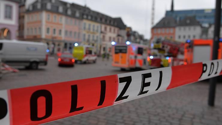 Ein Absperrband der Polizei nahe der  Fußgängerzone, in der ein Auto mehrere Menschen erfasst und nach Polizeiangaben mehrere von ihnen tödlich verletzt hat. Foto: Harald Tittel/dpa