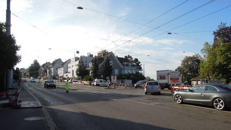 Baustelle: Mitarbeitende des städtischen Tiefbauamtes regeln den Verkehr bei der Kreuzung Limmattal-/Winzerstrasse.