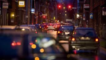 Die Stadtpolizei Zürich verteilt immer mehr Bussen wegen Rotlichtmissachtungen. (Archivbild)