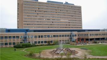 Das Kantonsspital Baden mit Gartenanlage und den vorgelagerten Bauten.