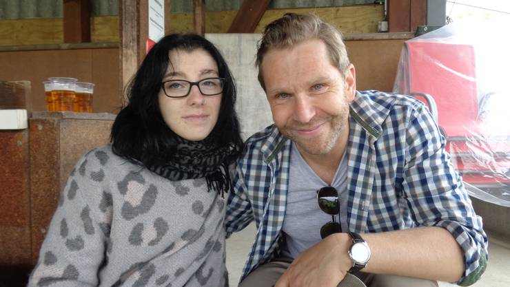 Eine glückliche Laura posiert mit Samuel Streiff alias Kommissar Dörig