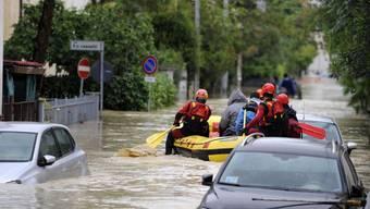 Rettungskräfte holen die Bewohner aus den überfluteten Gebieten.