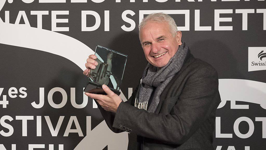 """Martin Witz, Regisseur des Dokumentarfilms """"Gateways to New York"""", posiert bei der Preisverleihung der 54. Solothurner Filmtage mit dem """"Prix du Public""""."""