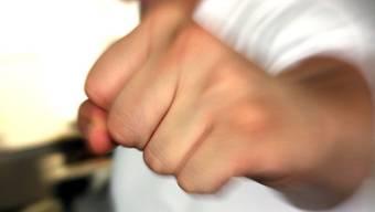 Der 33-jährige Mann hat seinen Sohn auf dem Schulgelände angegriffen. (Symbolbild)
