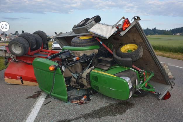 Der geladene Traktor landete am Boden