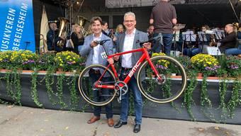 François Scheidegger (l.) übergibt Oberbürgermeister Steffen Hertwig das BMC-Velo.