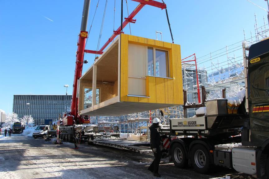 Das erste Holzmodul wurde am Montag gesetzt.