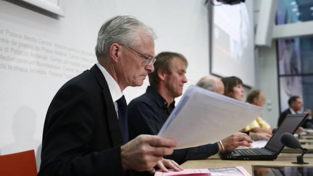 Ständerat Thomas Minder (l.) an der Medienkonferenz in Bern