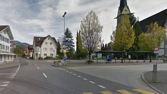Im Zentrum von Ennetbürgen NW prallte ein betrunkener Rollerfahrer ohne Führerausweis in eine Strassenbeleuchtung.