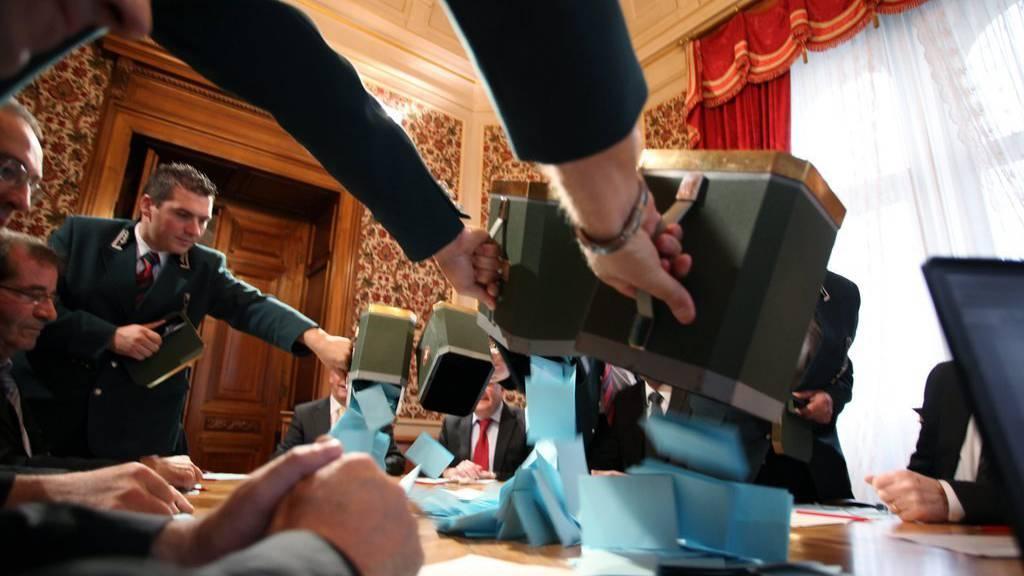 Um Betrug vorzubeugen, gibt es für jeden Wahlgang eine andere Farbe für die Stimmzettel.