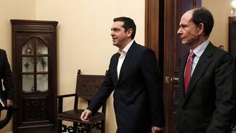 Griechenlands Premier Alexis Tsipras (Mitte) weiss die Opposition bei der Rentenreform nicht an seiner Seite.