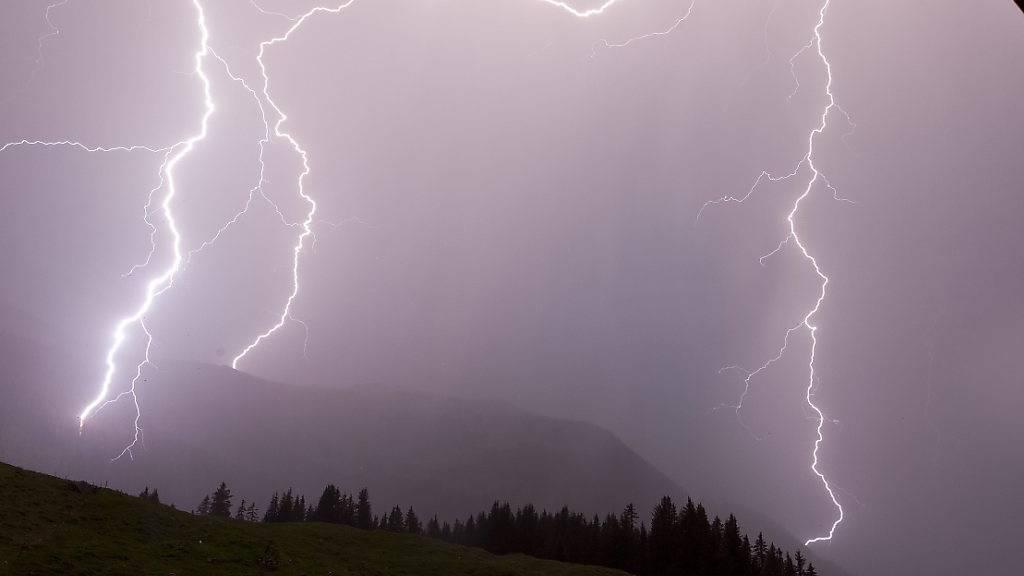 Blitz und Donner im Kanton Schwyz: Ein heftiges Gewitter in der Nacht auf Samstag führte zwischen Brunnen und Gersau zu einem Erdrutsch. (Symbolbild)