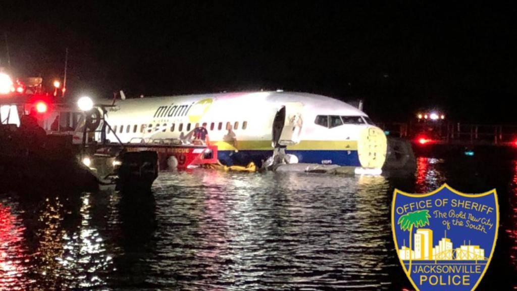 Die Maschine mit über 140 Menschen an Bord schlitterte in Florida bei Jacksonville in einen Fluss.