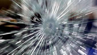 Die Einbrecher wollten die Glastüre mit einem Stein aufschlagen (Symbolbild)