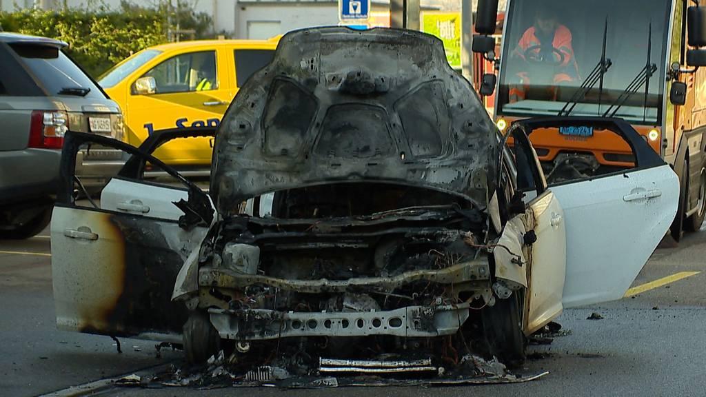 Kreisel überfahren: Auto fliegt durch die Luft und fängt Feuer