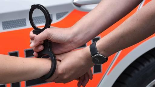 Diebe durchsuchten Kofferraum: Polizei ertappt zwei Männer