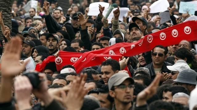 Auf der Strasse fordern Demonstranten den Rücktritt aller Minister des alten Regimes