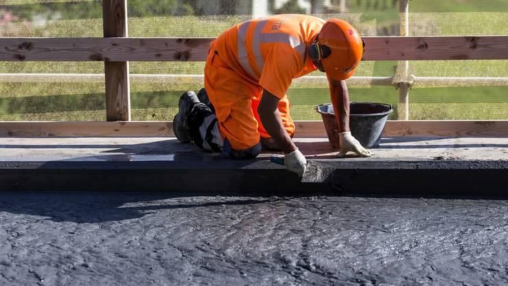 Einbau von Ultra-Hochleistungs-Faserbeton, UHFB, erstmals grossflächig ohne Abdichtung, auf den Brücken Boli, Mettlen und Linden auf der A4 Küssnacht-Brunnen am  12. Juli 2018.