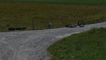 Der Verletzte E-Biker wurde von einem Passanten im Verzweigungsbereich von zwei Feldwegen an der Grenze zwischen Mönchaltdorf und Riedikon aufgefunden.