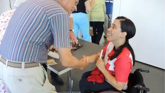 Organisator Manfred Breitschmid bedankt sich bei der Rennrollstuhl-Leichtathletin Patricia Keller für ihr Referat im St. Josef.