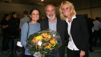 Rolf Widmer ist nach 16 Jahren im Gemeinderat feierlich verabschiedet worden; links Gattin Elfi, rechts Gemeindeammann Susanne Voser.