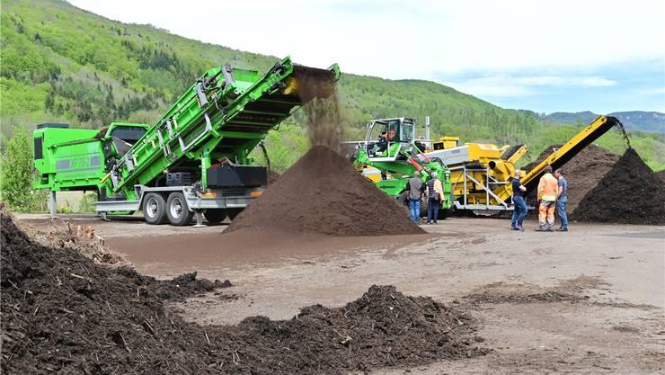 Auf dem Platz der BV Kompostieranlage Oensingen begutachten Experten von verschiedenen Kompostieranlagen aus der ganzen Schweiz neue Siebmaschinen.