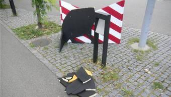 Dinobank auf dem Widenplatz in Frick von Vandalen zerstört. – Foto: Roland Härri
