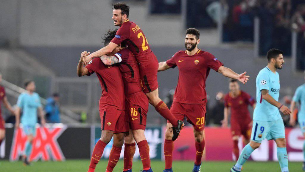 Die Spieler der AS Roma liegen sich in den Armen, nachdem sie das Viertelfinal-Duell in der Champions League gegen Barcelona sensationell noch gedreht haben