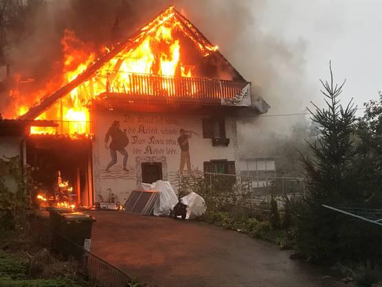 Mellikon AG, 30. Oktober: Ein Brand in einem Mehrfamilienhaus forderte zwei verletzte Personen und richtete einen grossen Sachschaden an. Ursache dürfte eine Fahrlässigkeit sein.