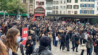 Auf dem Barfüsserplatz in Basel demonstrierten gut 5000 Menschen gegen Rassismus.