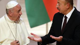 Papst Franziskus beim Präsidenten Aserbaidschans,  Ilham Aliyev (rechts). Bei seinem Besuch im Kaukasus stiess das Oberhaupt der katholischen Kirche nicht nur auf Gegenliebe.