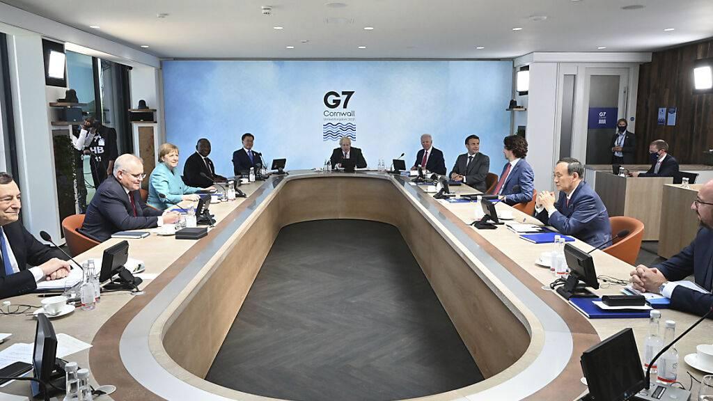 Vertreter der G7-Staaten nehmen an einer Arbeitssitzung während des Gipfels teil. Foto: Leon Neal/Getty Pool/AP/dpa