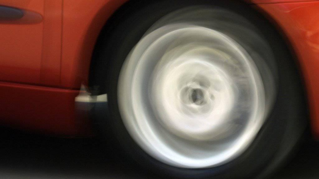 Drei Teilnehmer einer illegalen Rallye gingen am Montag der Tessiner Polizei auf der Autobahn A2 ins Netz. (Symbolbild)