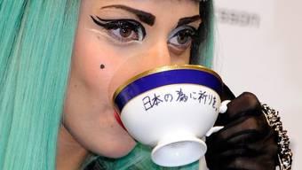 Lady Gaga gönnt sich einen Tee bei der Medienkonferenz