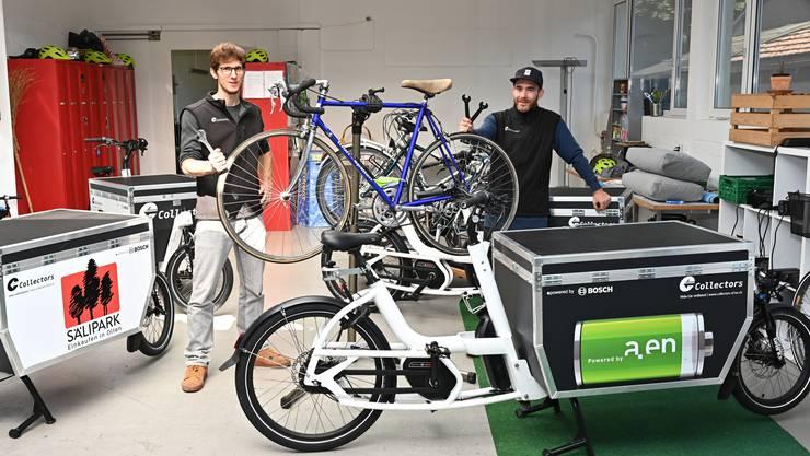 Matthias Tschopp (links) und Tobias Vega in der Werkstatt, wo künftig auch die Velos für Velafrica aufbereitet werden.