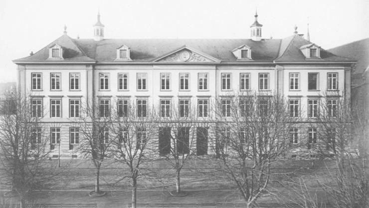 Wurde 1874 als zweites Basler Schulhaus fertiggestellt: Das neoklassizistische Claraschulhaus, wo sich heute die Schule für Brückenangebote befindet.
