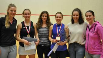 Das Fricktaler Organisationsteam mit den beiden letztjährigen Finalistinnen Lisa Aitken (3.v.r.) und Tinne Gilis (2.v.l.) – dieses Jahr qualifiziert sich die Siegerin des «PwC Ladies Open» direkt für die Weltmeisterschaft.