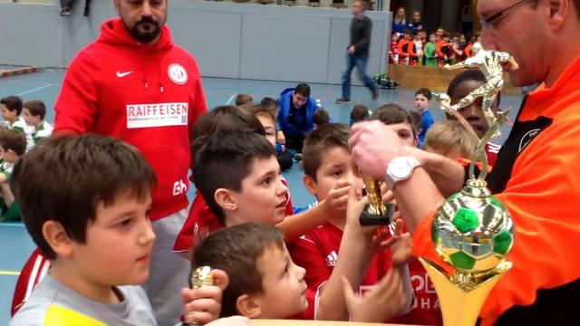 Viele kleine und ein grosser Pokal: Die Siegerehrung der Fa-Junioren des FC Dietikon