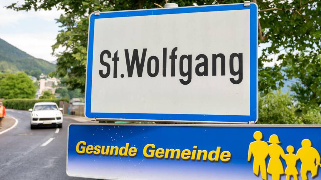 ARCHIV - Das Ortsschild von St. Wolfgang in Österreich. Foto: Fotokerschi.At / Kerschbaummayr/APA/dpa